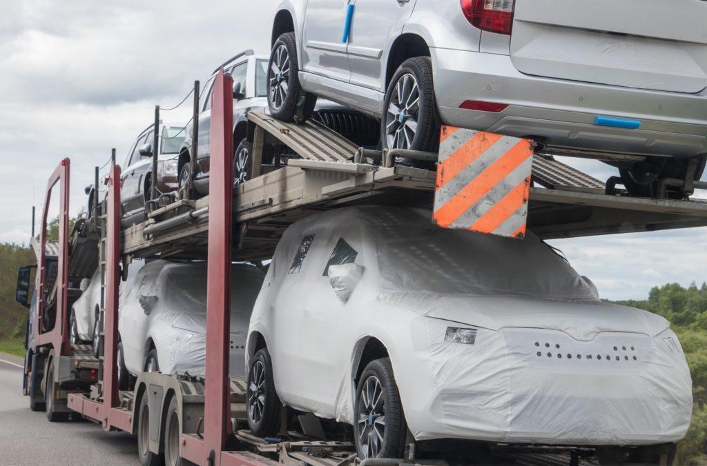 Coches nuevos en camión